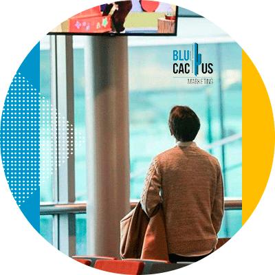 BluCactus -¿Qué es OOH y cuántos tipos hay? - persona mirando por una ventana