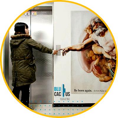 BluCactus - mujer enfrente d eun elevador